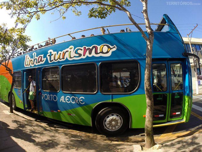 Ônibus de dois andares faz city tour em Porto Alegre