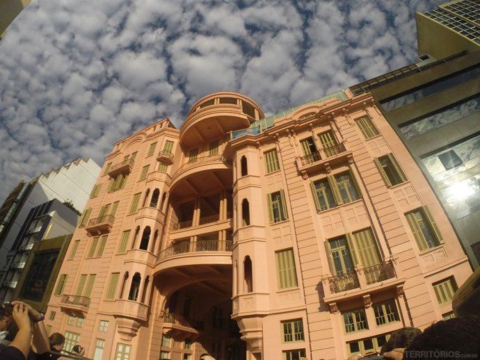 Fachado do Hotel Magestic, atual Casa de Cultura Mário Quintana vista do ônibus turístico