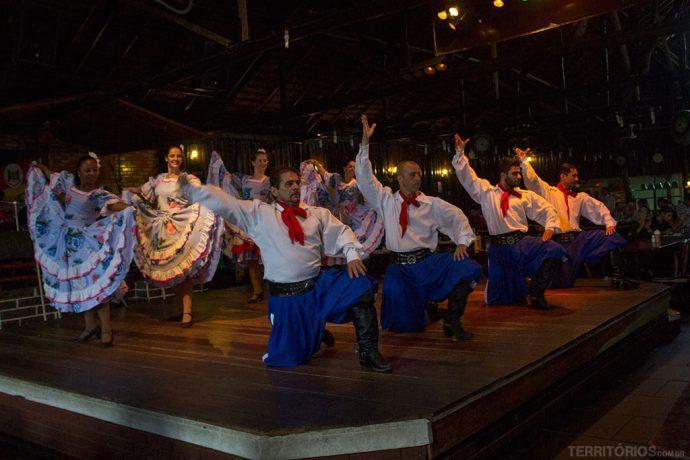 Dançarinos mostram tradições gaúchos no CTG 35