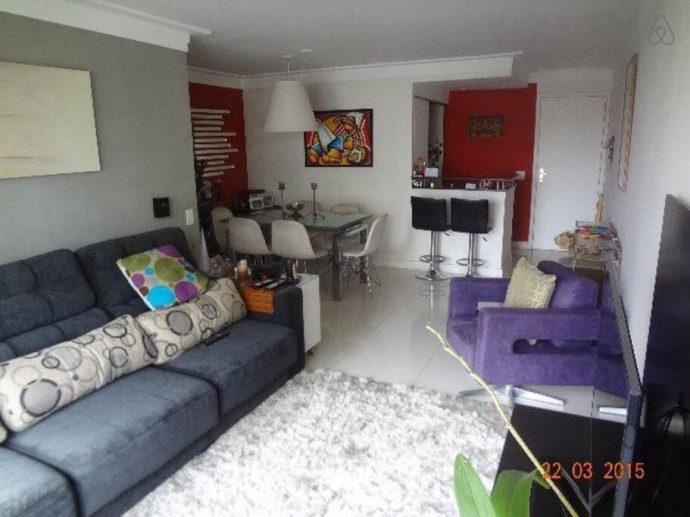 Sala bem decorada na casa da Adriana no Airbnb