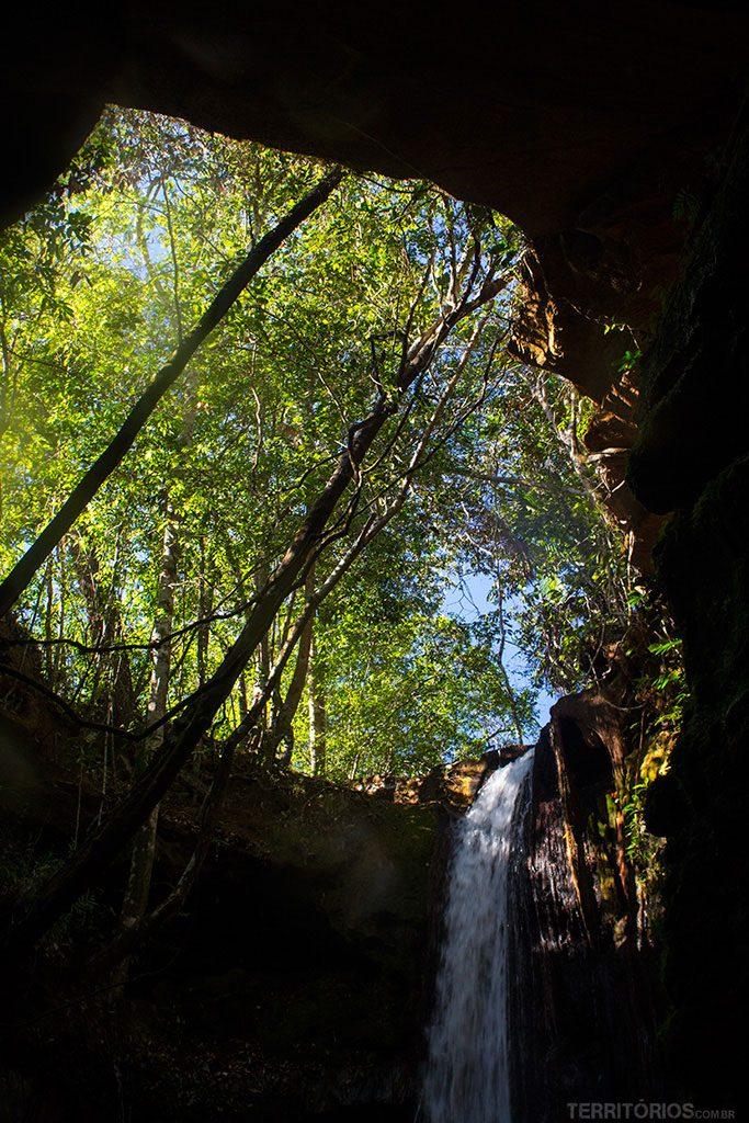 O buraco de onde cai a Cachoeira da Caverna