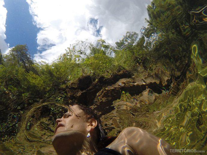 Transparência da água em selfie casual. Eu fora d'água e câmera dentro