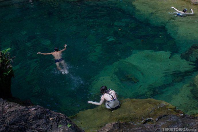 Mergulho no azul turquesa do Poço Azul