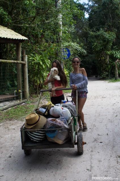 Carrinhos de mão são usados para transportar a bagagem