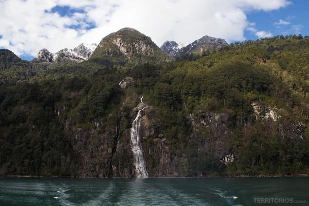 Outra perspectiva da cachoeira com os picos nevados acima