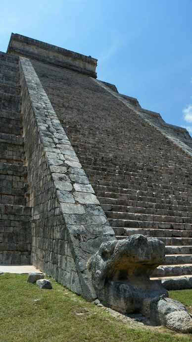 Cabeças de serpentes emplumadas enfeitam as escadarias do Kukulkán