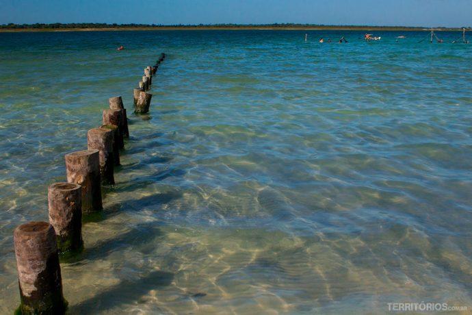 Limite da praia e redes afundadas na lagoa