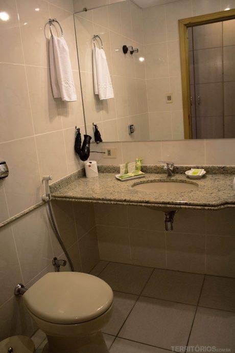 Banheiro com secador de cabelos