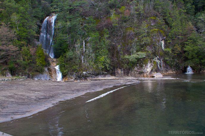 Praia e cachoeiras é a primeira visão no porto de Peulla
