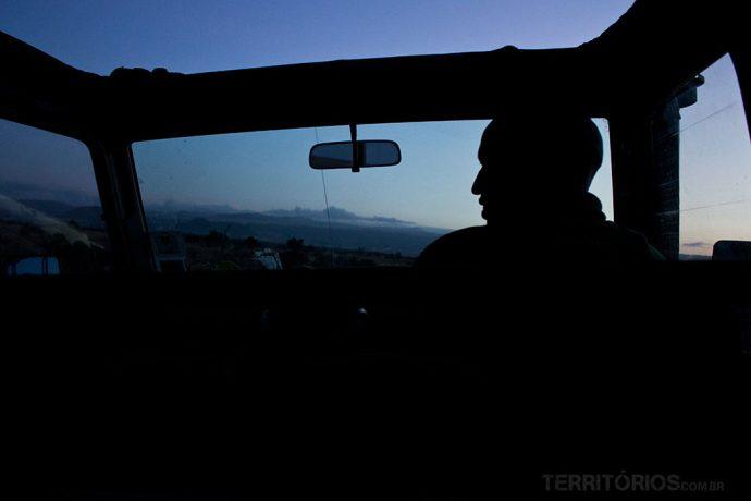 No safari noturno a luz vem da lua ou do farol do carro. Perfil do ranger dirigindo