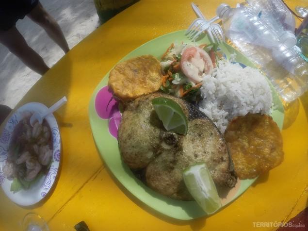 Peixe com arroz e plátano no Bibi's Place