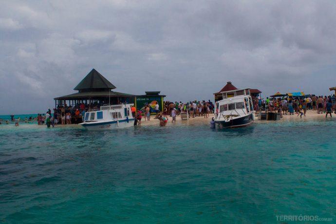 Cayo Acuário lotado em dia nublado, mas continua cheio de peixes coloridos dentro d'água