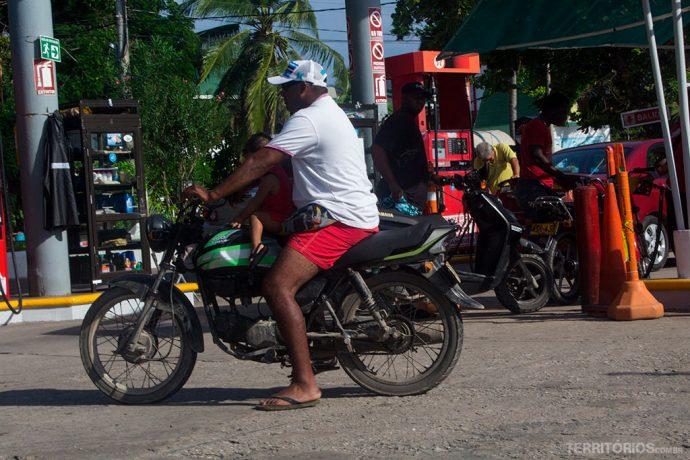 Comum ver crianças sem qualquer segurança circulando no meio mais comum de transporte nas ilhas