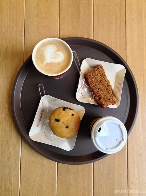 O famoso café acompanhado de bolo de banana e muffin