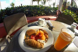 Café da manhã ouvindo o som do mar