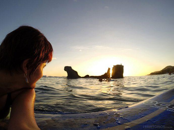 Aula de surfe em El Tunco com pôr do sol de brinde