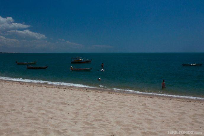 Mar tranquilo e sem vento em uma manhã de junho em Barra Grande