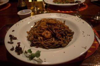 Macarrão com camarão no restaurante Tailandês