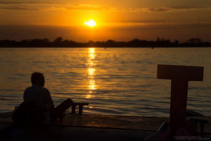 T no belo pôr do sol do Guaíba, em Porto Alegre