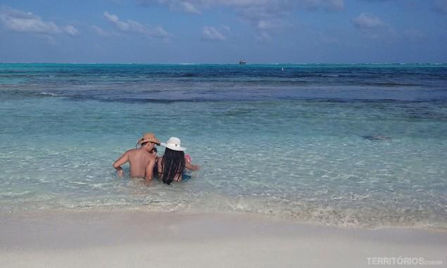 Família desfruta do banho de mar em frente aos corais do Acuario