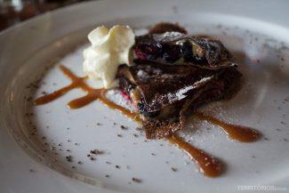 Panqueca de chocolate com doce de leite e frutas vermelhas de sobremesa