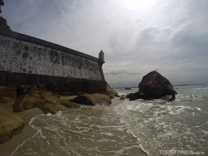 Praia da Fortaleza, na Ilha do Mel, é a melhor praia para mochileiros