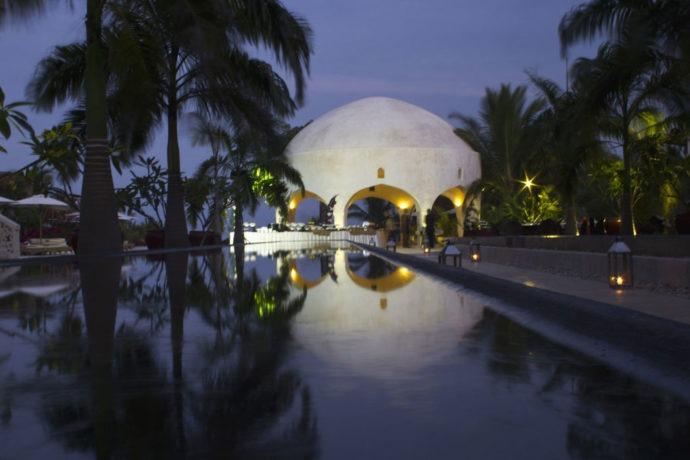 De noite, parte da área da piscina vira restaurante