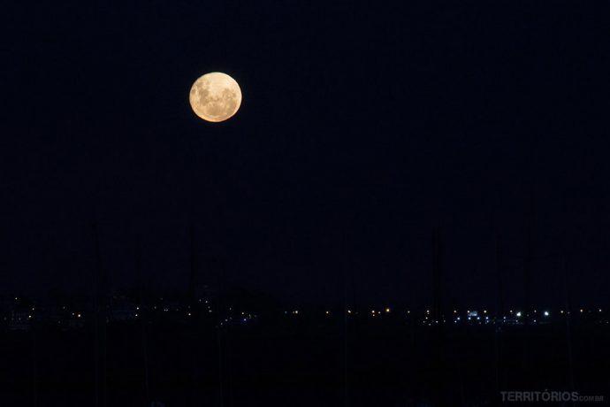A lua cheia linda na Bahía del Buceo