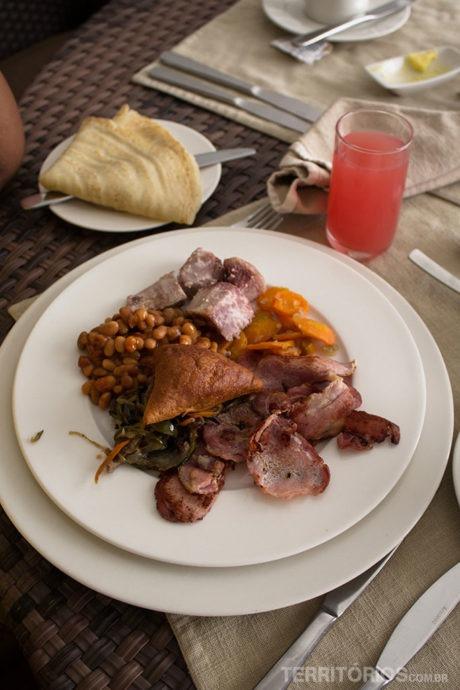 O café da manhã dos quenianos com legumes e ingredientes da feijoada brasileira