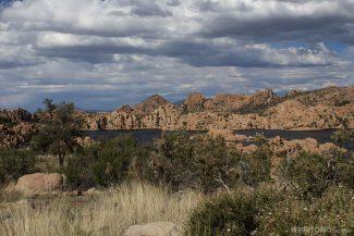 Granite Dells e o lago Watson vistos da estrada