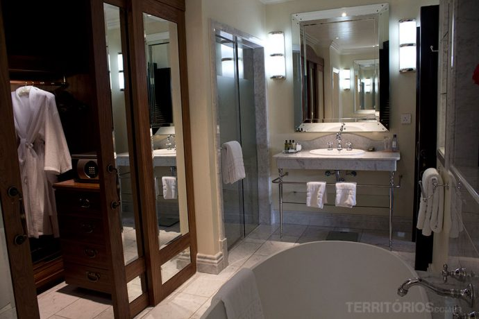 O banheiro da minha suíte em Nairóbi e este não foi o hotel mais luxuoso da viagem