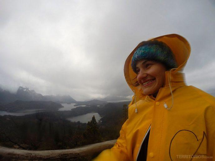 Congelando e sorrindo com a vista do Cerro Campanário