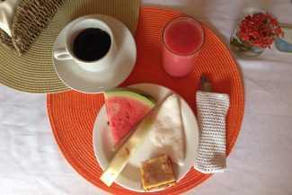 Café da manhã com bolo de milho, tapioca, frutas da estação e suco natural