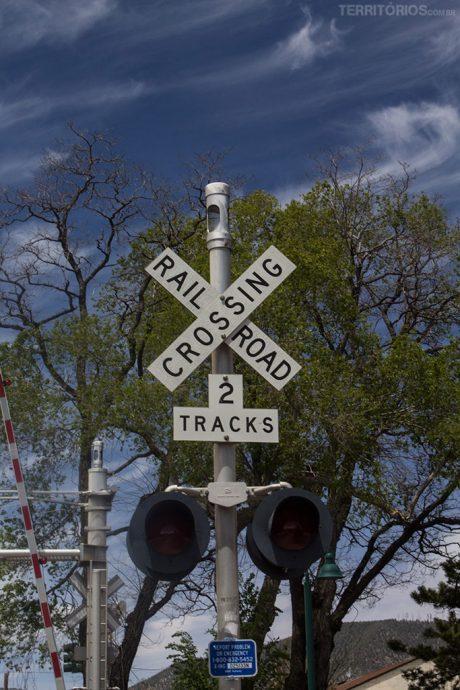 Sinalização típica americana para a passagem do trem