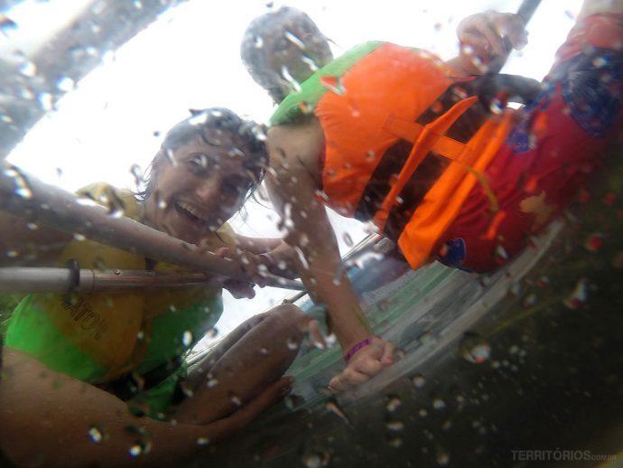 Foto de nós no caiaque feita embaixo d'água