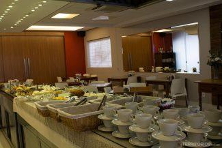 O espaço do café da manhã abre as portas e vira o restaurante