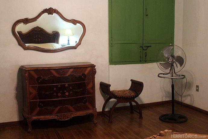 Móveis antigos conservados no quarto