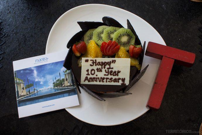 O bolo personalizado de mousse de chocolate com frutas estava maravilhoso