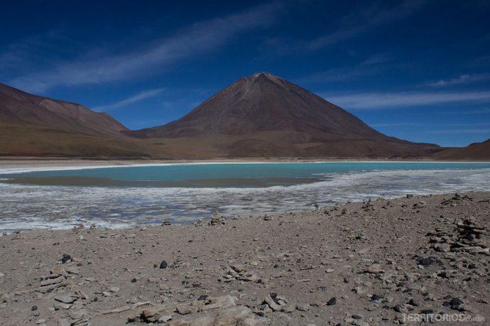 A mortal Laguna Verde aos pés do vulcão Licancabur, na divisa com o Chile