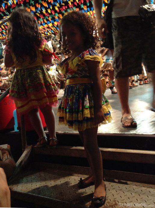 Crianças aproveitando a festa junina