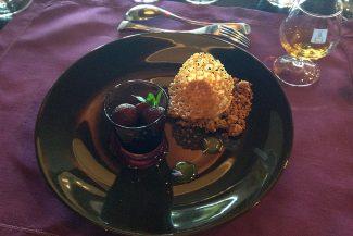 Peras pochadas em Merlot com sorvete de ameixa caseiro e molho de berries