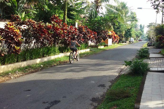 A rua em frente ao hotel quando comecei a pedalar