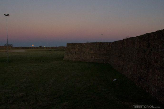 Momento dúvida no Forte Dom Pedro, ver o sol se pôr ou a lua cheia nascer?