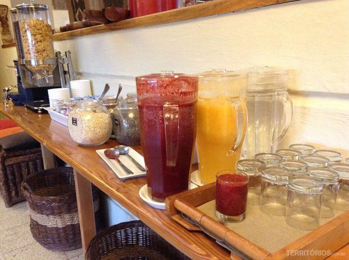 Sucos de amora e laranja naturalSucos de amora e laranja natural