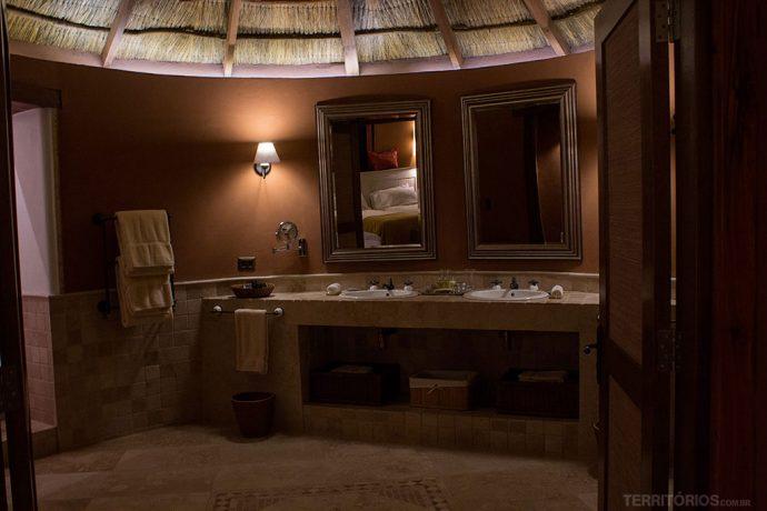 Amplo banheiro com duas pias