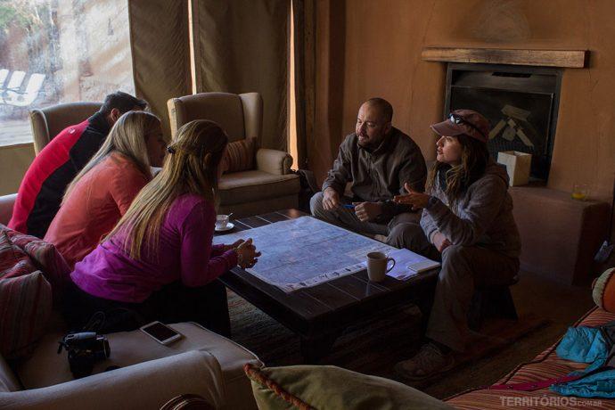 Reunião para definir o roteiro na frente do mapa