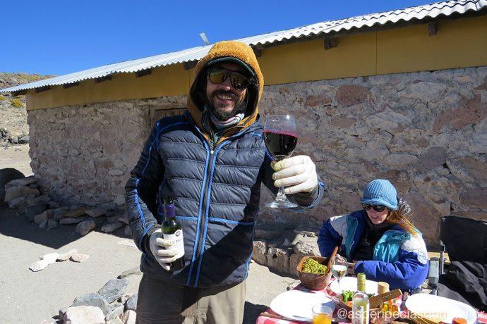 Nosso motorista preparando o almoço no Salar de Tara