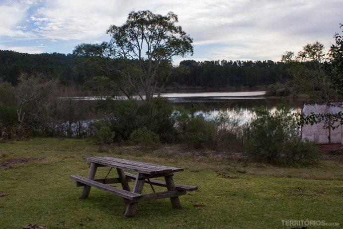 Área de camping na volta da barragem