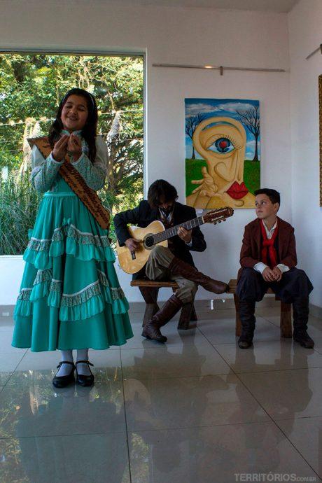 Primeira prenda mirim de Guaíba declamando poesias