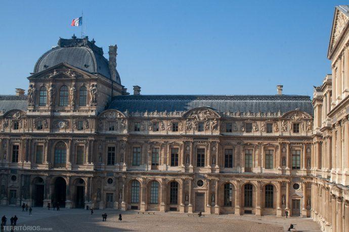 Fachada do Museu do Louvre em Paris. Um dos lugares com exposições em setembro